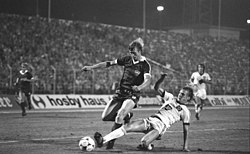 Hans-Jürgen Riediger (links) in duel met Lars Bastrup van Hamburger SV in 1982
