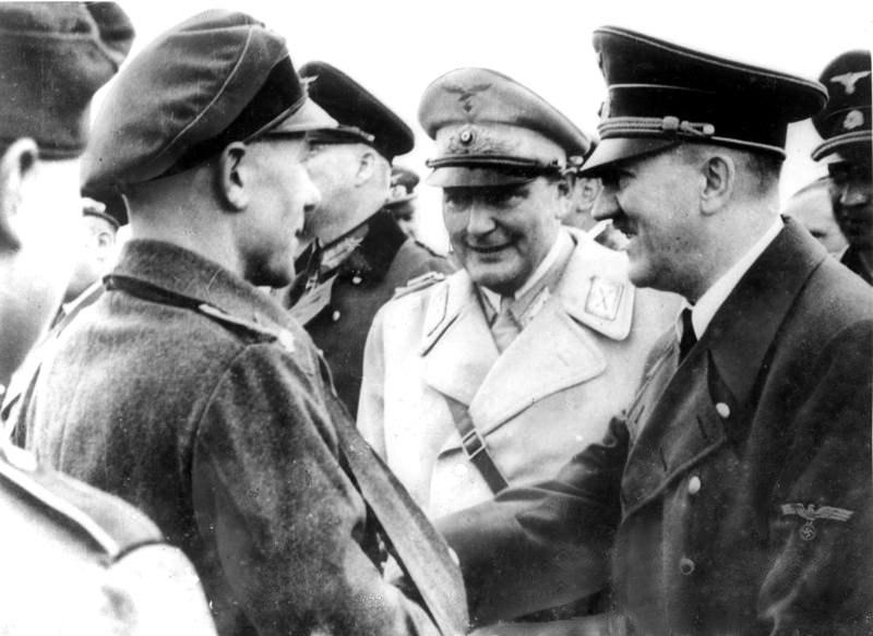 Bundesarchiv Bild 183-1983-0331-500, Hermann G%C3%B6ring und Adolf Hitler bei Truppenbesuch