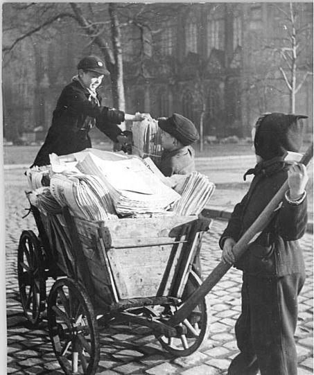 File:Bundesarchiv Bild 183-29576-0001, Magdeburg, Pioniere sammeln Altpapier.jpg