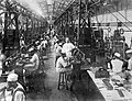 COLLECTIE TROPENMUSEUM In de vulkamer van een opiumfabriek te Batavia worden de hulzen in houten doosje verpakt Java TMnr 10012186.jpg