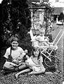 COLLECTIE TROPENMUSEUM Portret van twee Europese meisjes en een baby in de tuin TMnr 10023889.jpg