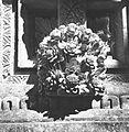 COLLECTIE TROPENMUSEUM Tufstenen ornament in de vorm van een bloem bij een tempel TMnr 60033745.jpg