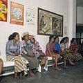 COLLECTIE TROPENMUSEUM Vrouwen en affiches in de wachtkamer van gezondheidscentrum Kesiman TMnr 20018472.jpg