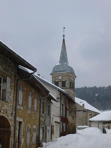 Rue menant à l'église de Charix, dans l'Ain