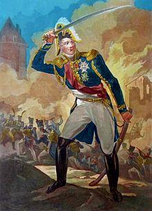 Portrait en pied d'un militaire français de Napoléon, en grand uniforme, sabre haut, avec en fond l'attaque d'une ville par des soldats.