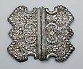 Collectie NMvWereldculturen, TM-550-8, Gordelplaat, 'Een paar zilveren platen van een buikgordel', voor 1929.jpg