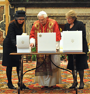 Presidency of Cristina Fernández de Kirchner - Cristina Kirchner with Michelle Bachelet and Pope Benedict XVI commemorating Argentina and Chile friendship