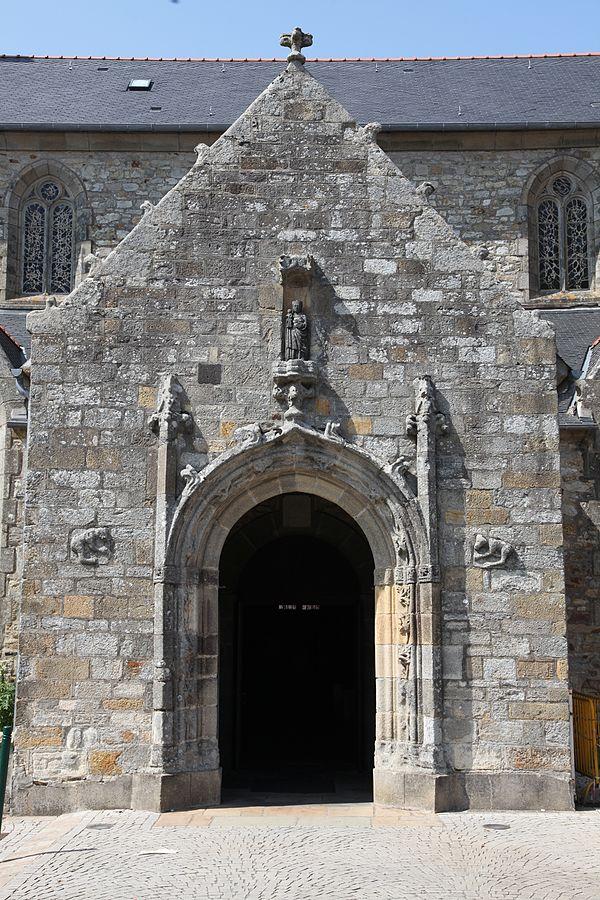 Crozon Porche de l'église Saint-Pierre.JPG