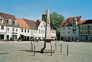 Markt mit Kursächsischer Postmeilensäule, Blick zur Kirche
