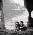 ETH-BIB-Kinder vor Römischem Theater, Petra-Abessinienflug 1934-LBS MH02-22-0091.tif