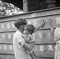 Een hindoestaans gezin maakt een handafdruk op een woning van een landarbeider w, Bestanddeelnr 252-6520.jpg
