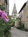 Eglise Saint Cassien de Savigny-lès-Beaune aperçu d'une ruelle fleurie....JPG