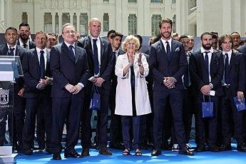 7398594015f Les joueurs du Real Madrid avec Manuela Carmena