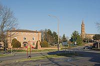 Escalquens - le centre ville, la mairie et l'église.jpg