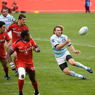Rugby union positions - Centre François Steyn passing the ball