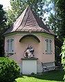 Frohnleiten-Hauptplatz 1-Gartenhaus und Figurenbildstock Pietà.JPG
