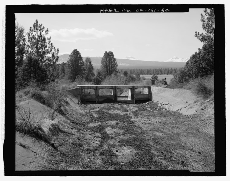 File:GENERAL VIEW OF CHECK DAM (UPSTREAM SIDE), CONCRETE LINED TUMALO RESERVOIR FEED CANAL, AND UPPER TUMALO RESERVOIR (IN BACKGROUND) NEAR COLLINS ROAD. LOOKING WEST - Tumalo Irrigation HAER OR-151-32.tif