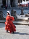 Signora in rosso a passeggio