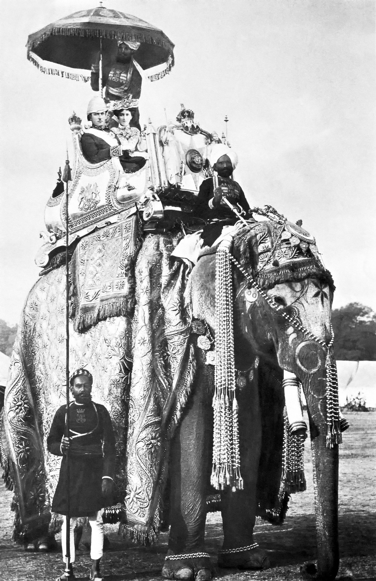 George Curzon and Mary Curzon on the elephant Lakshman Prasad 1902-12-29 in Delhi.jpg