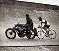 Georges Paillard avec un vélo de type stayer (derrière Lehmann), sur l'autodrome de Linas-Montlhéry tentant de battre le RM de vitesse sur le plat, derrière abri (1937).jpg