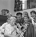 Geschenken uit de Wieringermeer voor kinderen in Emmaziekenhuis, jongetje speelt, Bestanddeelnr 918-1144.jpg