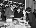 Godfried Bomans en Hella S. Haasse in de kraam, Bestanddeelnr 918-9889.jpg