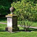 Grabmal vor Kirche Steinwedel (2).jpg