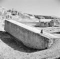 Half bewerkte zuil de Hajar el-Houble te Ras el Ain nabij Baalbek, Bestanddeelnr 255-6504.jpg