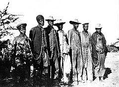 Hererós acorrentados durante a revolta de 1904.