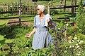 Hiltrud Evers - Vortrag in ihrem Kräutergarten.JPG