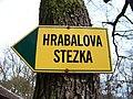 Hrabalova stezka, směrovka u Hájenky.jpg