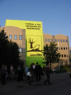 IMG 2641 Greenpeace demonstration Loreal september 11 2006 Alphen aan den Rijn.JPG