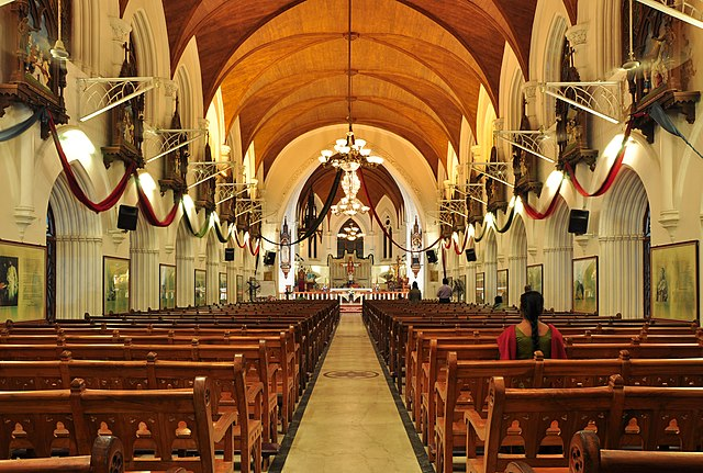 https://upload.wikimedia.org/wikipedia/commons/thumb/e/e2/Interior_of_San_Thome_Basilica.jpg/640px-Interior_of_San_Thome_Basilica.jpg