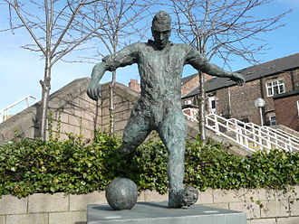 Jackie Milburn - Statue of Milburn at St James' Park, 2013