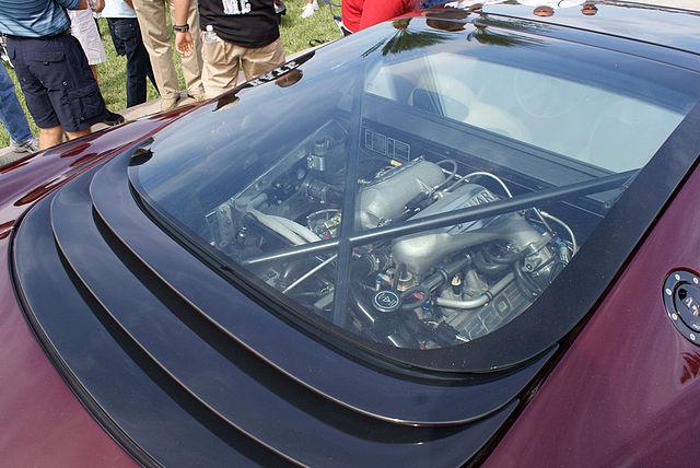 *Montage pas-à-pas* Jaguar XJ 220 [Revell 1/24] 640px-Jaguar_XJ220_1993_Engine_LakeMirrorClassic_17Oct09_%2814620624423%29
