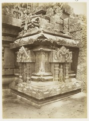 KITLV 29218 - Kassian Céphas - A little temple at the northern corner kick in the Shiva temple of Prambanan near Yogyakarta - 1889-1890.tif