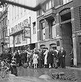 Kaartverkoop en rij wachtend publiek voor het Rialto-theater te Amsterdam, Bestanddeelnr 900-8230.jpg