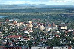 Centrala Kiruna har fotograferet fra Luossavaara, kirken i venstre og rådhuset i den højre kant af billedet.