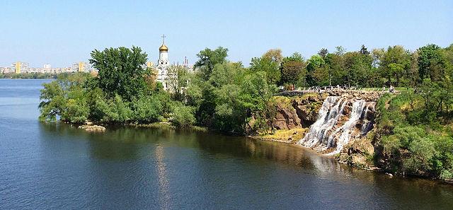 Klosterinsel mit St.-Nikolaus-Kirche und künstlichem Wasserfall