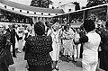 Koningin Juliana danst mee met een Volksdansgroep voor Bejaarden uit Heerlen, Bestanddeelnr 930-3210.jpg