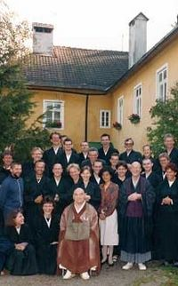 Kyozan Joshu Sasaki Roshi mit Schülern im Buddhistischen Zentrum Scheibbs, 1991