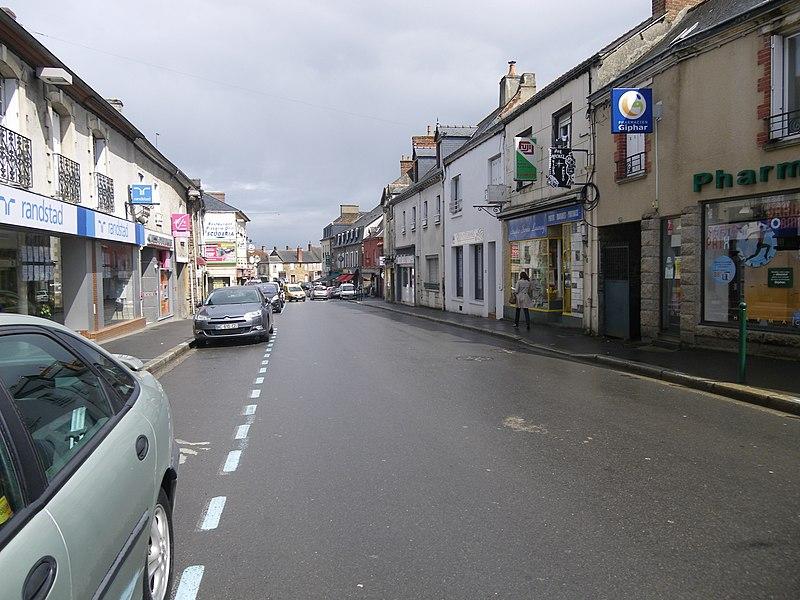 La rue du general de gaulle a montauban de bretagne