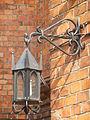 Latarnia na ścianie zewnętrznej kościoła farnego w Białysmtoku, ul. Kościelna..JPG