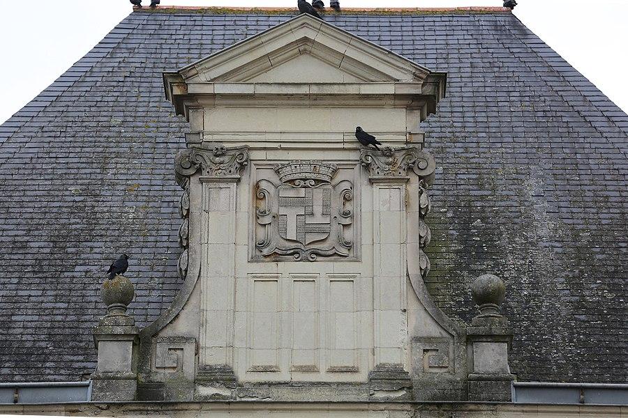 Blason au fronton de l'hôtel de ville du Lion-d'Angers.