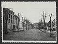 Le cours de Joubernon, face à l'ouest. Au fond et à gauche, l'école des garçons (34585346651).jpg