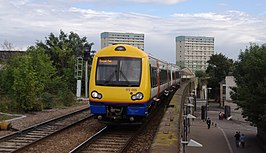 Class 170/0 komt station Leytonstone High Road binnen.