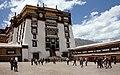 Lhasa-Potala-48-Klosterhof-2014-gje.jpg