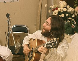 John Lennon oefenet Give Peace A Chance
