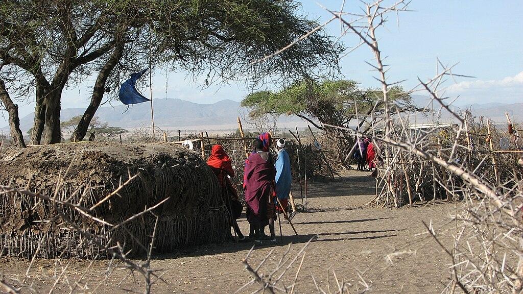 Plemena - Page 2 1024px-Maasai_Enkang_and_Hut