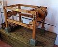 Macchina per trafilare segmenti di cannone di Leonardo da Vinci in una mostra su Leonardo da Vinci al Mulino di Mora Bassa - Morabassa.jpg